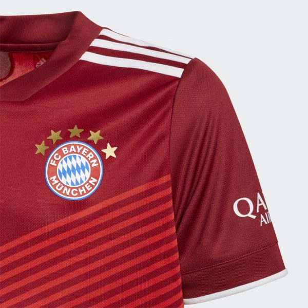 image of FC Bayern home jersey crest